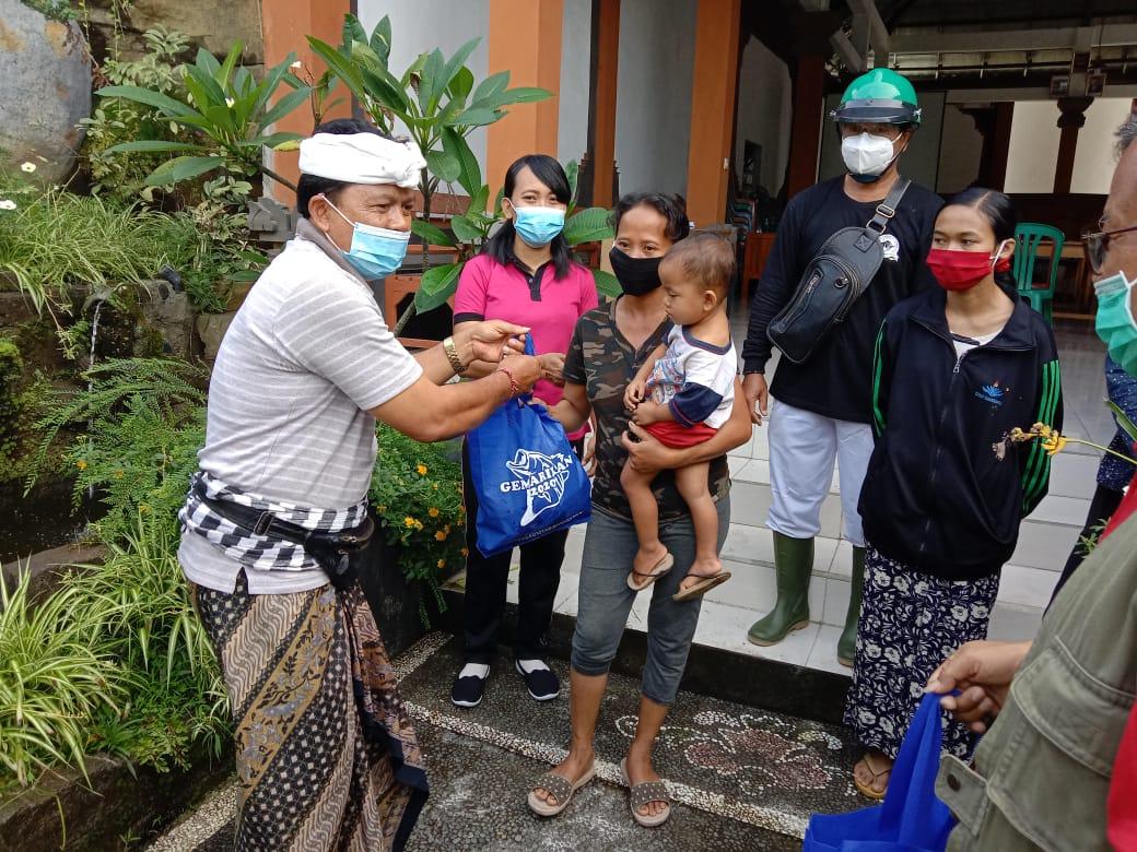 Pembagian Paket Ikan untuk Anak Stunting dan Ibu Hamil dari DPKPP